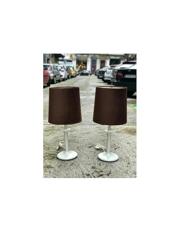 Lámpara de mesa con pie metalizado.