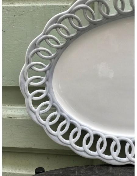 Fuente ovalada de porcelana francesa pintada a mano con borde calado.