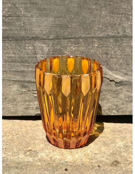 Vasos de agua de cristal coloreado con detalles pintados a mano