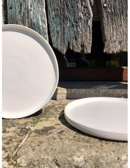 Bajoplatos/plato llano con borde elevado de gres porcelánico blanco mate.
