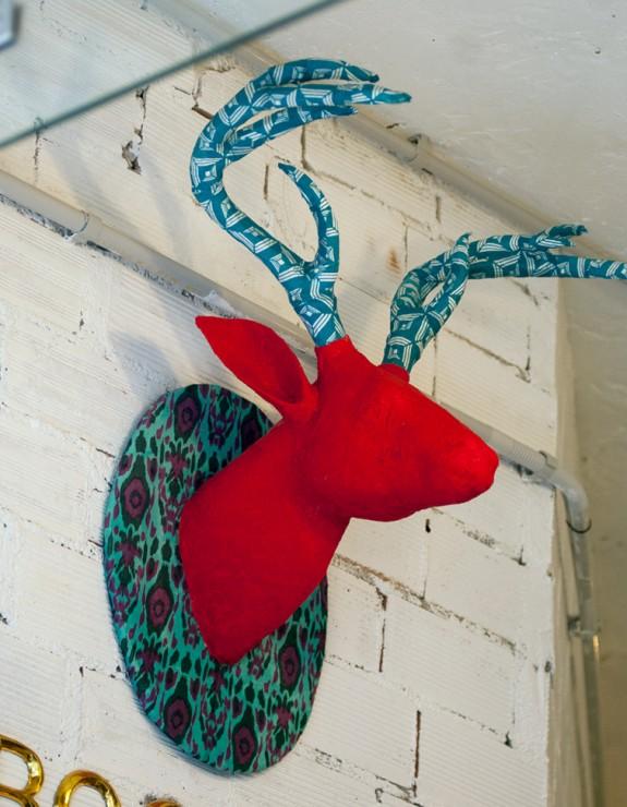 Cabeza de ciervo decorativa