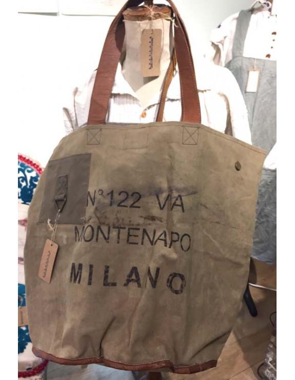 5a5087f6b32 Bolsos vintage realizados con telas militares recicladas.
